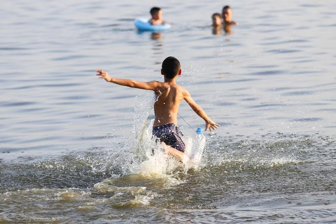 Hà Nội: Nắng nóng, người dân ùn ùn kéo đến bãi tắm Hồ Tây bơi lội - Ảnh 6.