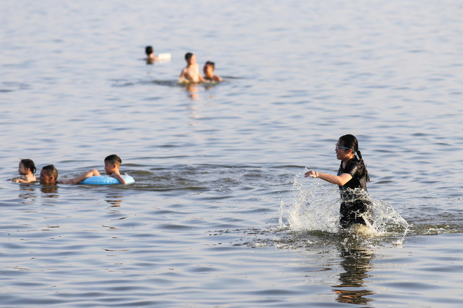 Hà Nội: Nắng nóng, người dân ùn ùn kéo đến bãi tắm Hồ Tây bơi lội - Ảnh 7.