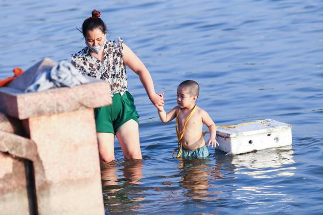 Hà Nội: Nắng nóng, người dân ùn ùn kéo đến bãi tắm Hồ Tây bơi lội - Ảnh 8.