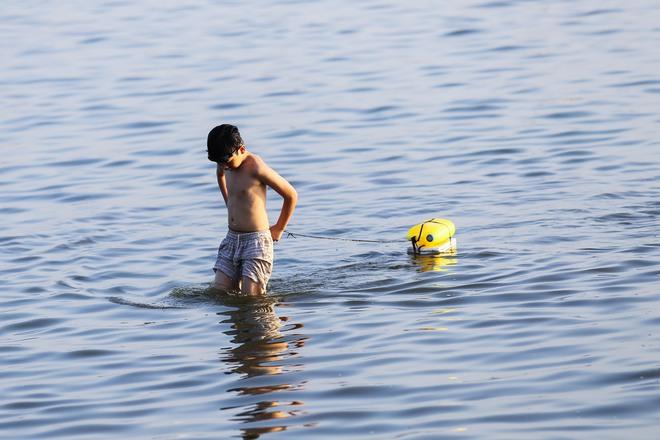Hà Nội: Nắng nóng, người dân ùn ùn kéo đến bãi tắm Hồ Tây bơi lội - Ảnh 9.