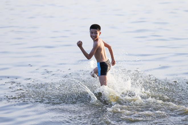 Hà Nội: Nắng nóng, người dân ùn ùn kéo đến bãi tắm Hồ Tây bơi lội - Ảnh 10.
