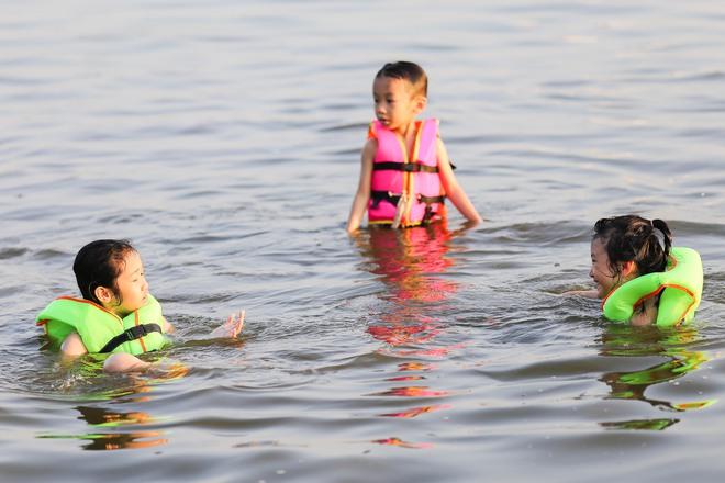 Hà Nội: Nắng nóng, người dân ùn ùn kéo đến bãi tắm Hồ Tây bơi lội - Ảnh 3.