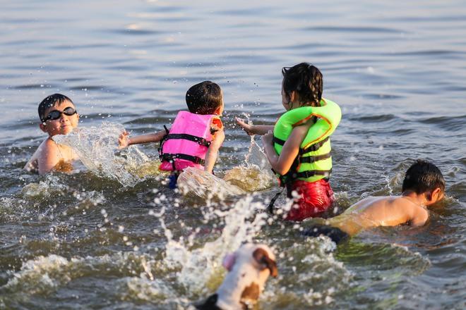Hà Nội: Nắng nóng, người dân ùn ùn kéo đến bãi tắm Hồ Tây bơi lội - Ảnh 4.