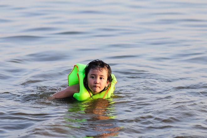 Hà Nội: Nắng nóng, người dân ùn ùn kéo đến bãi tắm Hồ Tây bơi lội - Ảnh 5.