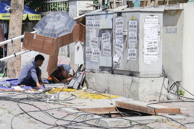 Hà Nội: Công nhân lao động phơi mình làm việc giữa nắng nóng kỷ lục - Ảnh 20.