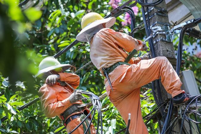 Hà Nội: Công nhân lao động phơi mình làm việc giữa nắng nóng kỷ lục - Ảnh 2.