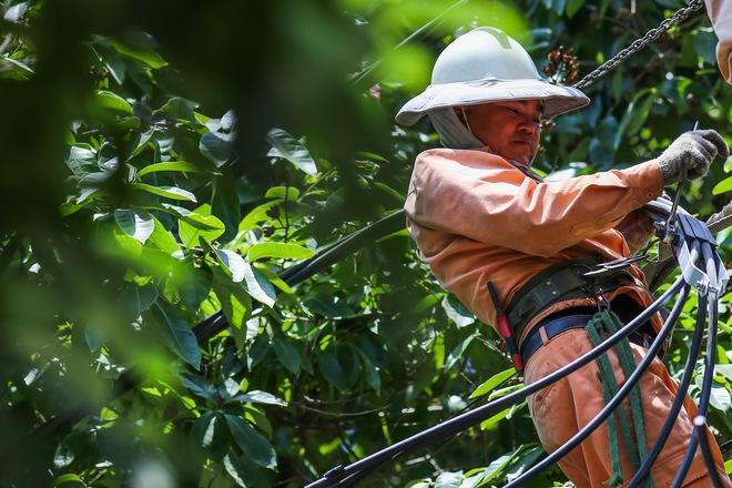Hà Nội: Công nhân lao động phơi mình làm việc giữa nắng nóng kỷ lục - Ảnh 3.