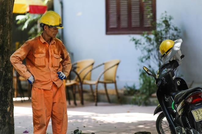 Hà Nội: Công nhân lao động phơi mình làm việc giữa nắng nóng kỷ lục - Ảnh 4.