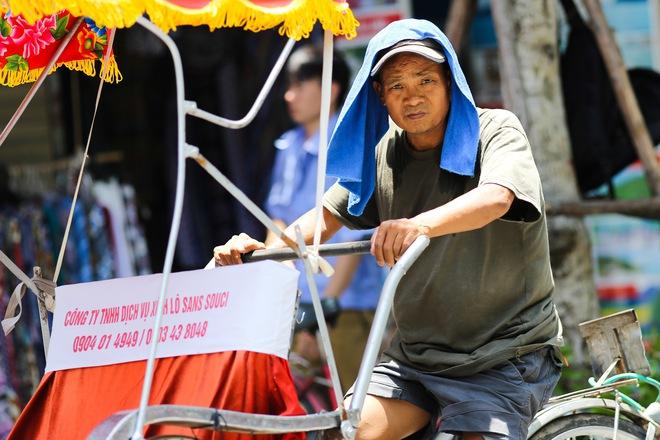 Hà Nội: Công nhân lao động phơi mình làm việc giữa nắng nóng kỷ lục - Ảnh 18.
