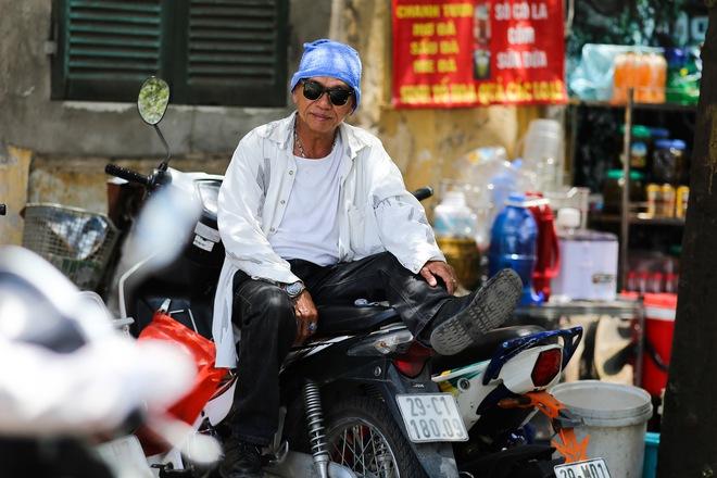 Hà Nội: Công nhân lao động phơi mình làm việc giữa nắng nóng kỷ lục - Ảnh 5.
