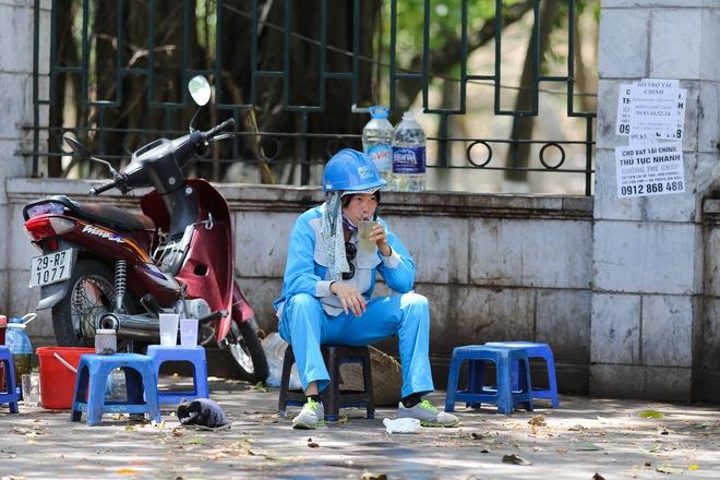 Hà Nội: Công nhân lao động phơi mình làm việc giữa nắng nóng kỷ lục - Ảnh 16.
