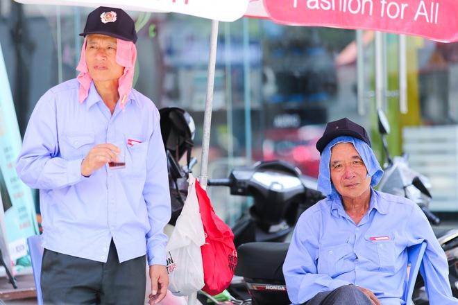 Hà Nội: Công nhân lao động phơi mình làm việc giữa nắng nóng kỷ lục - Ảnh 15.