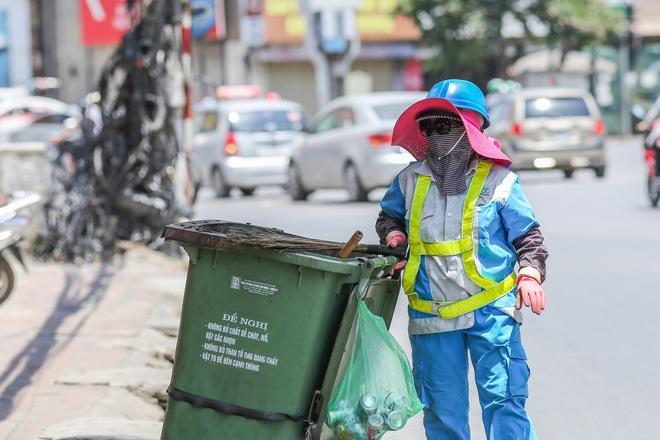 Hà Nội: Công nhân lao động phơi mình làm việc giữa nắng nóng kỷ lục - Ảnh 14.