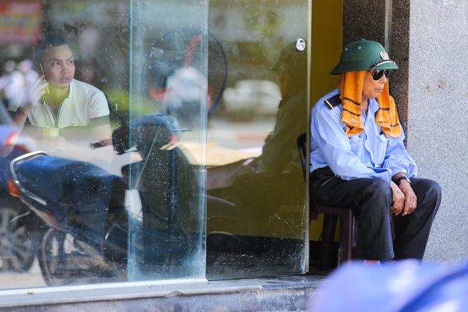 Hà Nội: Công nhân lao động phơi mình làm việc giữa nắng nóng kỷ lục - Ảnh 12.