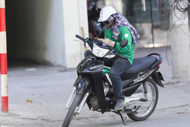 Hà Nội: Công nhân lao động phơi mình làm việc giữa nắng nóng kỷ lục - Ảnh 11.