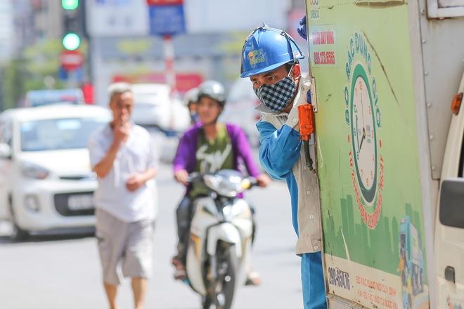 Hà Nội: Công nhân lao động phơi mình làm việc giữa nắng nóng kỷ lục - Ảnh 10.