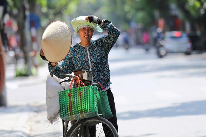 Hà Nội: Công nhân lao động phơi mình làm việc giữa nắng nóng kỷ lục - Ảnh 9.