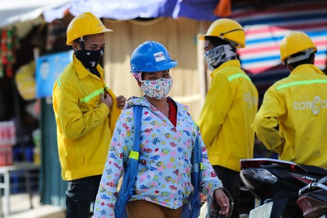 Hà Nội: Công nhân lao động phơi mình làm việc giữa nắng nóng kỷ lục - Ảnh 7.
