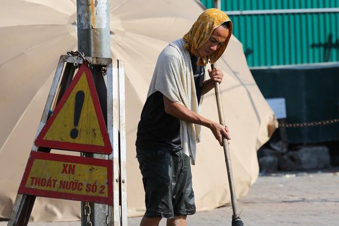Hà Nội: Công nhân lao động phơi mình làm việc giữa nắng nóng kỷ lục - Ảnh 6.
