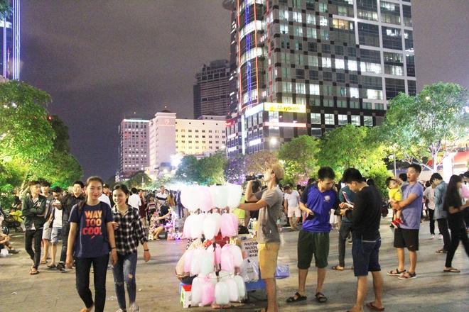 Người dân ùn ùn kéo nhau đi chơi Tết trung thu, đường phố chật kín người - Ảnh 13.
