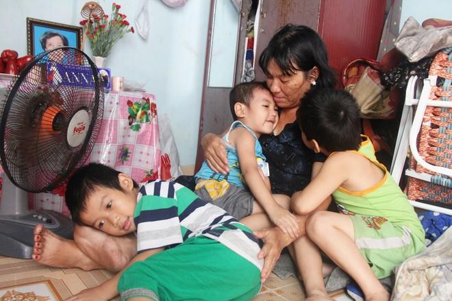 Hai con đi lạc, mẹ để luôn ở trung tâm bảo trợ, mỗi tháng chỉ dám xin vào nhìn lén từ xa vì lí do ứa nước mắt - Ảnh 2.