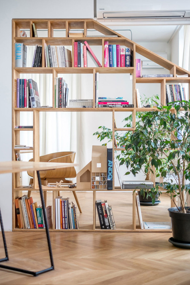 Căn hộ 120m² vừa là nơi ở vừa là văn phòng làm việc đẹp hút hồn nhờ khéo léo thiết kế kệ đựng đồ - Ảnh 1.