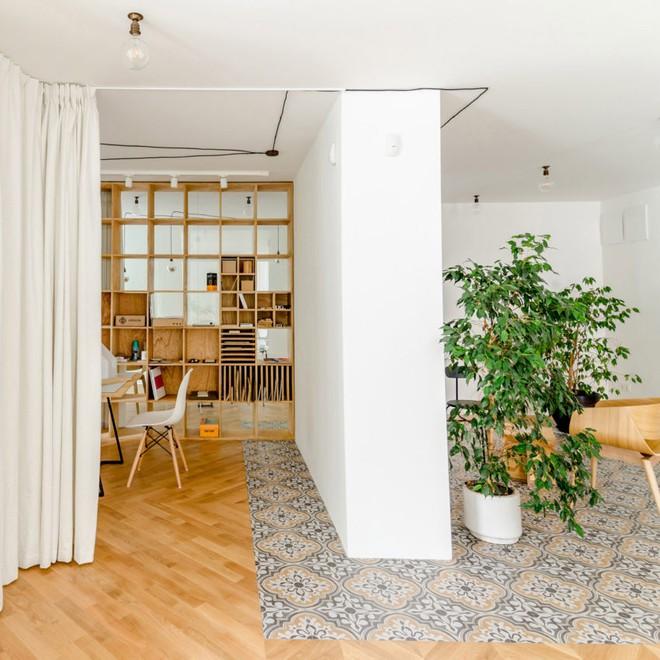 Căn hộ 120m² vừa là nơi ở vừa là văn phòng làm việc đẹp hút hồn nhờ khéo léo thiết kế kệ đựng đồ - Ảnh 6.