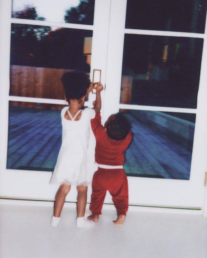 """""""Nữ hoàng thị phi"""" Kim Kardashian và những cách dạy con đáng học hỏi - Ảnh 1."""