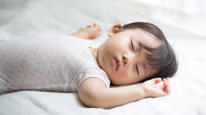 Sai lầm của bố mẹ khiến trẻ không bao giờ ngủ ngoan một mạch tới sáng - Ảnh 2.