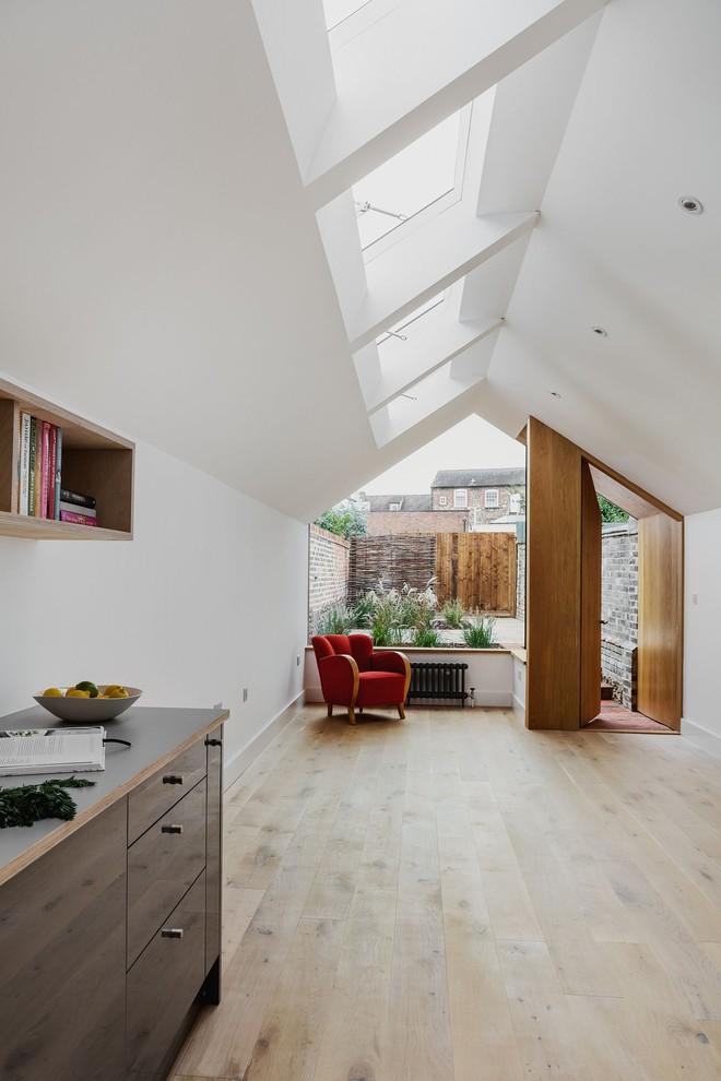 Thiết kế nhà ống tận dụng cửa kính lớn và các cửa sổ nhỏ đang trở thành xu hướng của năm - Ảnh 4.