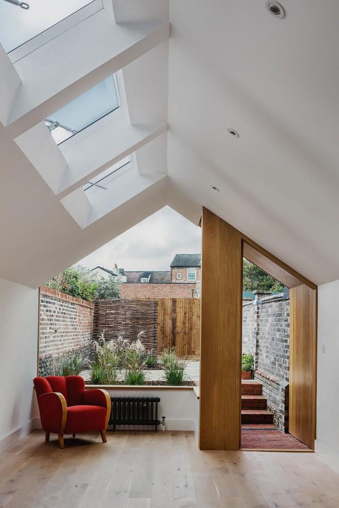 Thiết kế nhà ống tận dụng cửa kính lớn và các cửa sổ nhỏ đang trở thành xu hướng của năm - Ảnh 5.