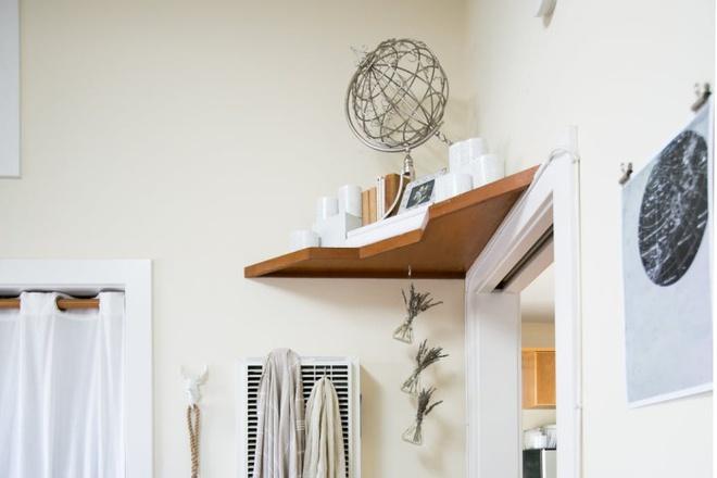 Tận dụng không gian trên cánh cửa để đồ dùng