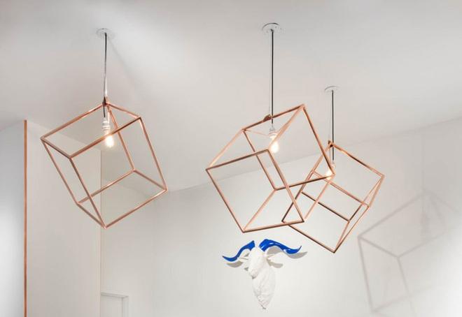 Không gian sống cá tính đến bất ngờ với những mẫu đèn trang trí hình học - Ảnh 10.