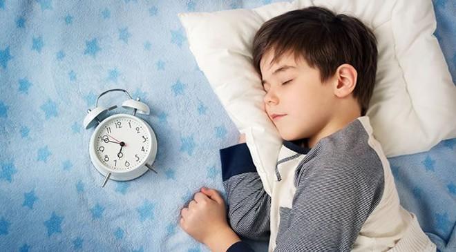 Thời gian biểu cho trẻ đi ngủ theo độ tuổi khiến các mẹ tranh cãi nảy lửa - Ảnh 2.