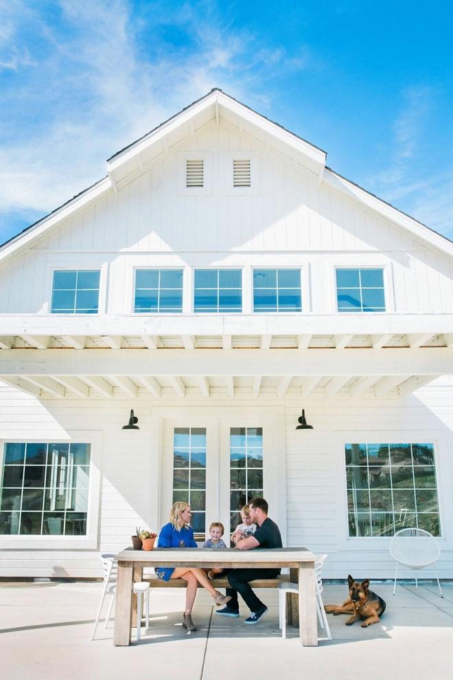 Chuồng ngựa cũ biến hình thành ngôi nhà trắng đẹp như mơ - Ảnh 2.