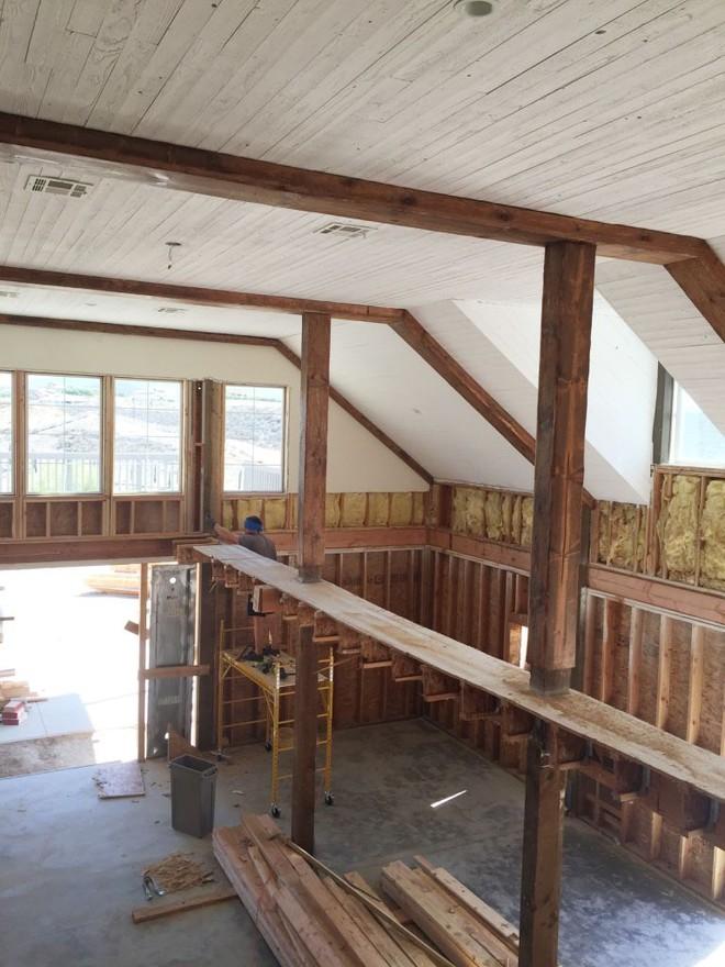 Chuồng ngựa cũ biến hình thành ngôi nhà trắng đẹp như mơ - Ảnh 8.