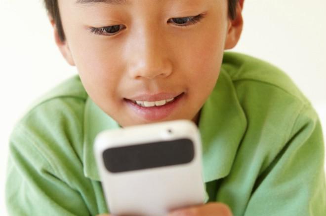 Học ngay 4 nguyên tắc của tỷ phú công nghệ Bill Gates để không phải đau đầu vì con nghiện điện thoại - Ảnh 1.