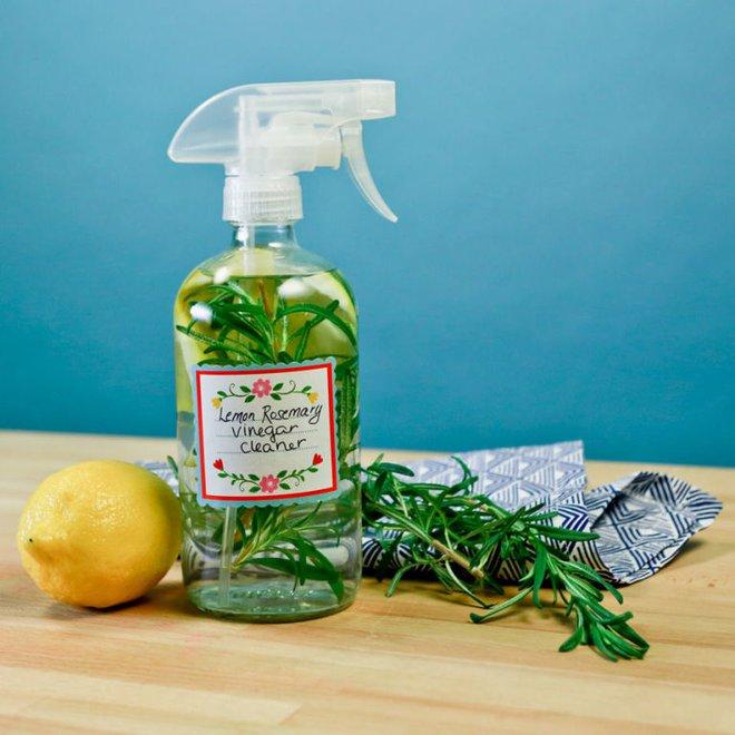 Quên mấy lọ tẩy rửa sặc mùi hóa chất đi, 7 dung dịch từ dấm trắng sẽ giúp nhà bạn trắng sạch tinh tươm - Ảnh 1.