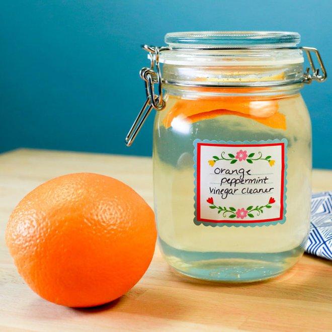 Quên mấy lọ tẩy rửa sặc mùi hóa chất đi, 7 dung dịch từ dấm trắng sẽ giúp nhà bạn trắng sạch tinh tươm - Ảnh 2.