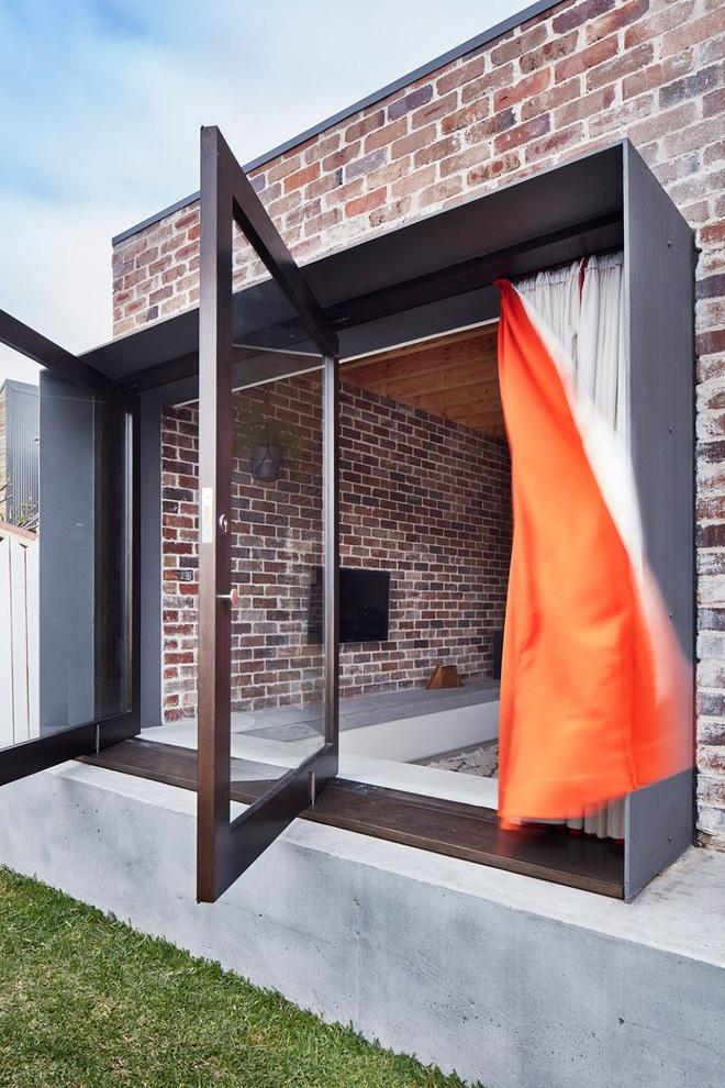 Qua rồi cái thời cửa ra vào 1 kiểu, những mẫu cửa ra vào cách tân dưới đây sẽ làm ngôi nhà của bạn sáng bừng - Ảnh 1.