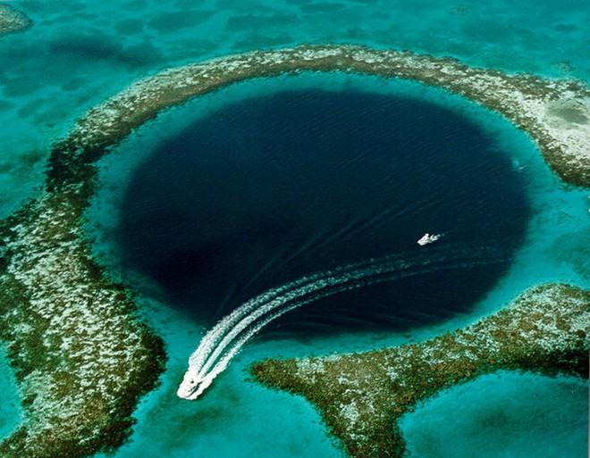 Phát hiện hố xanh khổng lồ giữa lòng đại dương nhưng thứ ẩn chứa trong đó còn đáng kinh ngạc hơn - Ảnh 1.