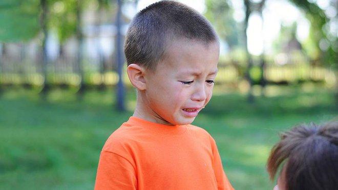 """Thay vì nói """"Đừng khóc nữa"""", 10 câu nói này sẽ giúp xoa dịu con khóc ngay lập tức - Ảnh 1."""
