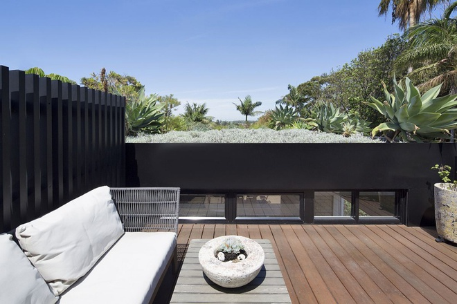 Ngôi nhà mái bằng trang trí theo phong cách hiện đại với điểm nhấn là mái nhà phủ đầy cây xanh - Ảnh 8.