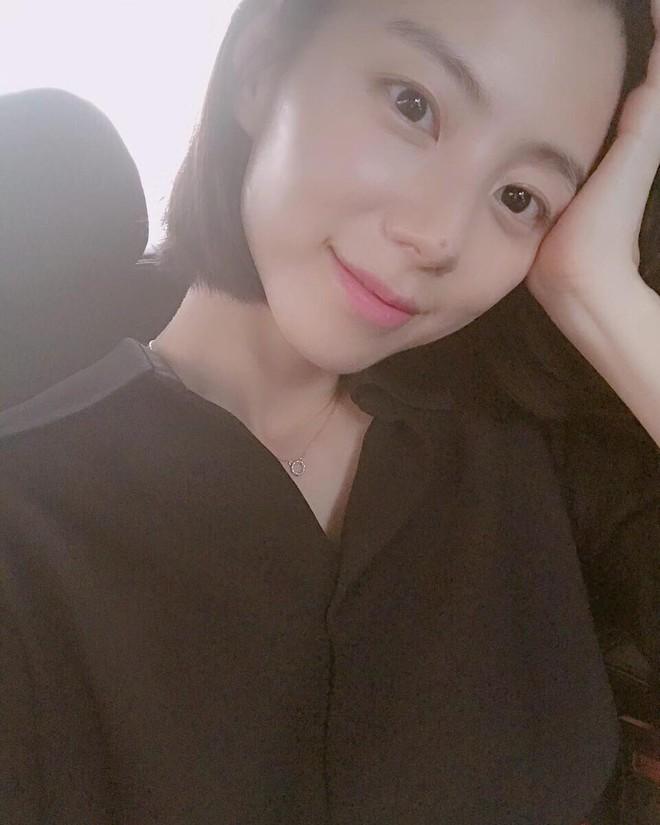 Qua thời kỳ ốm nghén, bà xã Bae Yong Joon thoải mái tung tẩy khắp nơi  - Ảnh 2.