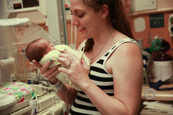 Bộ ảnh ngọt lịm tim của 3 bé sinh ba tự nhiên hiếm gặp trên thế giới - Ảnh 2.