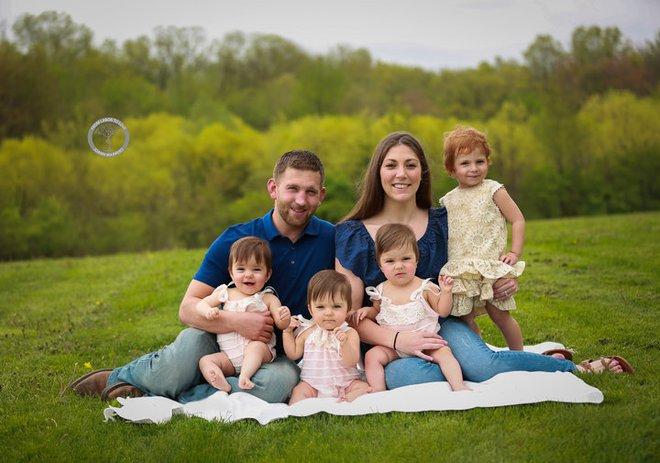 Bộ ảnh ngọt lịm tim của 3 bé sinh ba tự nhiên hiếm gặp trên thế giới - Ảnh 9.