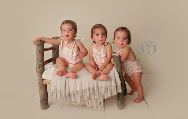 Bộ ảnh ngọt lịm tim của 3 bé sinh ba tự nhiên hiếm gặp trên thế giới - Ảnh 10.