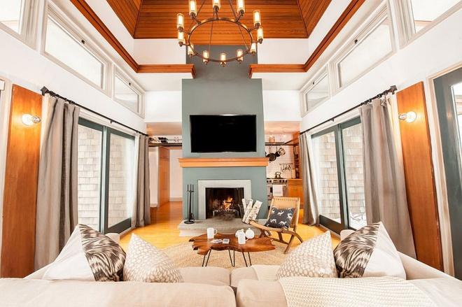 Ngôi nhà nhỏ nhưng vô cùng ấm cúng và không kém phần rộng rãi nhờ tận dụng trần cao để thiết kế gác xép - Ảnh 1.