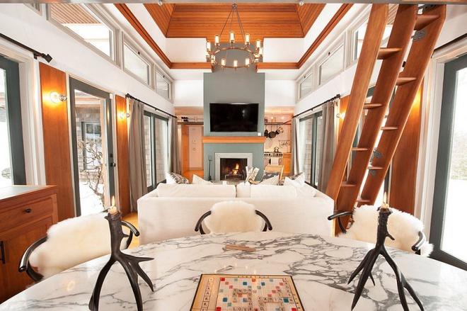 Ngôi nhà nhỏ nhưng vô cùng ấm cúng và không kém phần rộng rãi nhờ tận dụng trần cao để thiết kế gác xép - Ảnh 4.