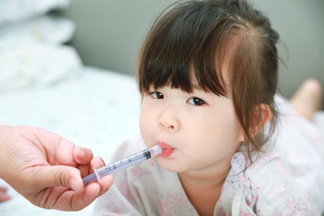 Sai lầm khi cho con uống thuốc, cha mẹ có thể hại con mà không biết - Ảnh 3.